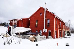 Med sin faluröda färg smälter huset in bra i miljön bland de gamla gårdarna. Endast fönstersättningen är modern och på taket sitter det tre solfångare som ger värme via vatten.