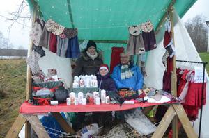 Hantverk. Emma Filipsson, Simone Westberg och Gun Hjalmarsson säljer hantverk på julmarknaden vid Ramundeboda klosterruin.
