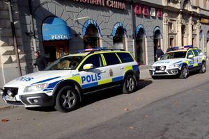 Flera polisenheter är inblandade i jakten på knivmannen.