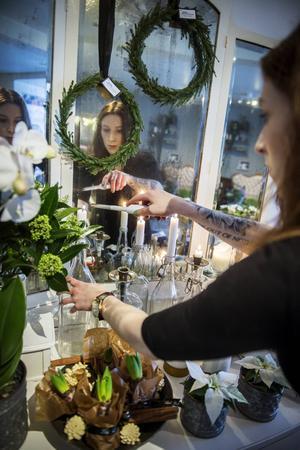 Amandas favoritjulblomma är hyacinter men eftersom hennes sambo är allergisk får hon passa på att njuta extra mycket av dem i affären.