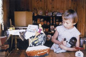 I ett av uthusets rum hade min storasyster Elisabet och hennes docka Sara affär bland annat under sommaren 1958. Mamma Kia fick öppna burkar och andra förpackningar i botten. Morfar Olof och mormor Anna hade varit handlare i Husås. De skickade skyltningskartonger och annat. Det gjorde också de fyra morbröderna som fortsatte i handlarspåret.