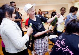 Klass 6C på Bäckbyskolan firar segern.