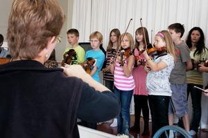 Karin Hedlund instruerar barnen och ungdomarna inför den avslutande minikonserten, då föräldrar, övrig släkt och bekanta kunde lyssna på vad de unga spelmännen hade fått lära sig under folkmusikhelgen.