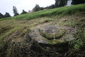 Runt omkring, nära brunnen den sjuåriga flicka föll i, finns flera olika brunnar med medfarna betonglock, knappt synliga då gräset växer sig högt.