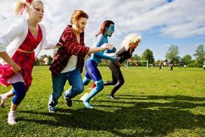 Några av tjejerna i klass 8 Blå rusar från tredje konen hem till mål.  Foto: Ulrika Andersson