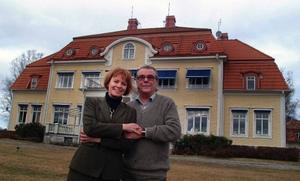 Peo Jönis och Jennie Särlefalk framför sin maffiga ägodel, Torpshammars herrgård, belägen intill Gimåns mynning i Ljungan.