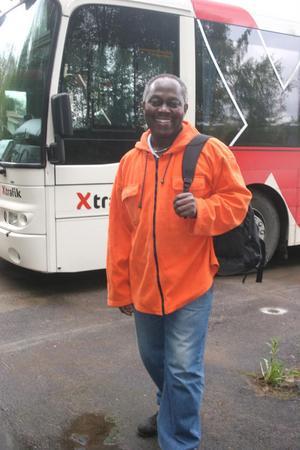 Varje vardagsmorgon klockan 05.30 stiger Viktor Gbadagbe på Hasselabussen. Sedan hem klockan 15.05.Månadskortet för tre zoner kostar honom 800 kronor.