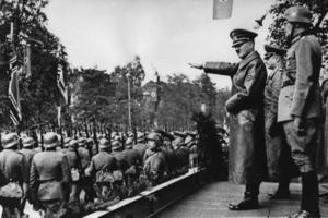 Ny bild av Führern och folket. Hitler i Ian Kershaws biografi är en tom människa                         utan många egenskaper. Han kunde en sak: Att tala och egga massorna. Foto: Scanpix/Arkiv
