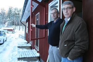 """Här genom domarrummets fönster tog sig personen in. """"Det ser ut som ett ungdomsstreck. Vi får hoppas att det är några yngre som inte förstod vad de gjorde"""", säger Stig Stjärnesund och Bengt Albertsson i styrelsen för Horndals IF."""