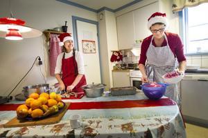 Lotta Sandahl och Anna-Maj Nilsson i köket på Glada Ladan.