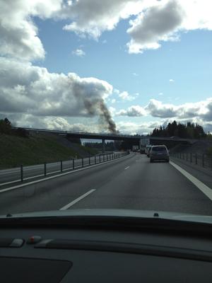 Rökpelaren från den brinnande bilen kunde ses på långt håll på E4.