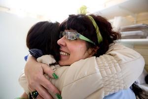 Susanne fick en stor grattiskram av kompisen Susannhe Melin.