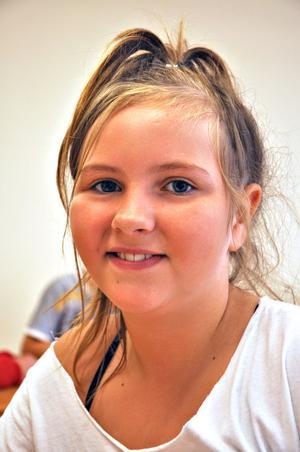 Linnea Lindblom,  11 år, klass 5:– Det är kul att träffa alla kompisar igen. Jag tror att alla har längtat lite efter att skolan ska börja igen.