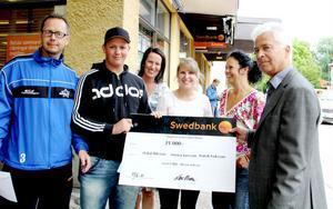 Tre personer med en check. Patrik Eriksson, Oskar Nilsson, Annelie Storm-Andersson, kontorschef på Swedbank, Malin Åhman och Lars Olsson.