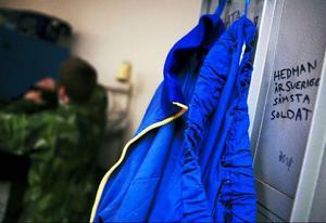Klotter på en skåpdörr minner om tidigare generationers soldater.