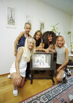 Caroline Lerjerud (Sporty Spice), Mimmi Haraldson (Baby Spice), Malin Björnhammer (Posh Spice), Josefine Wahlsten (Scary Spice) och Elisabeth Björnhammer (Ginger Spice) i gruppen Flash, som imiterade Spice Girls. Foto: Torbjörn Carlsson/HGbild
