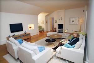 Barbro stortrivs i sitt   privata vardagsrum under taket på slottet. Möblerna hittade hon på Soffta.