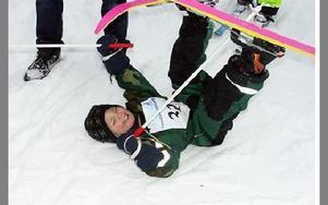 Ossy passade på att leka i snön mellan det fjärde och femte varvet.FOTO: ANNA ENBOM