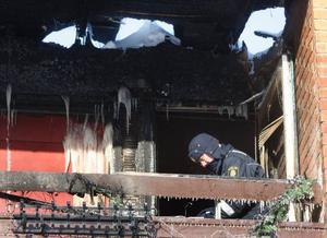 Från balkongen där polisen i går gjorde teknisk undersökning, spred sig lågorna upp mot taket där det fanns kryputrymme men inga vindsutrymmen.   Foto: Jan Andersson