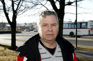 Anders Byquist i Seco-faket vill stoppa den pågående upphandlingen av mitträckesväg på E 4 norr om Ö-vik. - Jag är orolig för säkerheten för våra gubbar, säger han.