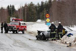 Två bilar frontalkrockade på riksväg 86 i Utanede vid 12.30-tiden i går. Den ena bilen svängde ut från en utfart och krockade med den andra, som kom körande på vägen. De två inblandade förarna fördes till sjukhus, men enligt SOS Alarm var ingen av dem allvarligt skadad.