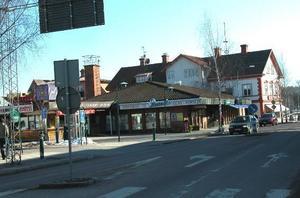 Centrumnära. Nybyggnation från Apotekshusets gavel ned mot Leksands Ljud och Bild innebär slutet för 40-årsjubilerande MittiKiosken Foto:ChristerKlockarås