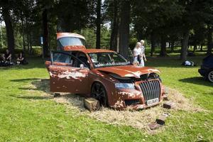 TILL SALU. En specialdesignad Audi A4. Ägaren Henrik Andersson har lackerat om bilen till en rosthög. Bilen har en utbyggd ljudanläggning och väger två ton på grund av all stereoutrustning. Bilens utrustning kräver sex batterier. Dörrarna och taket har isolerats med fogskum och klätts med plåt för att bilen ska hålla ihop när stereon kör på i 151 decibel.