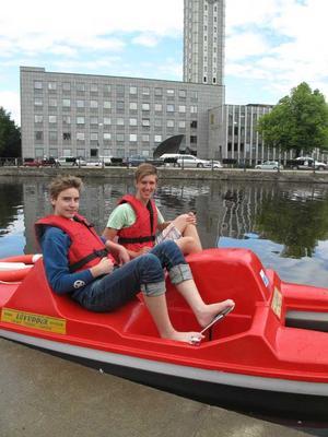 Stadsliv lät Gabriel Wolf och Casper Fredriksson de Rond testa att köra trampbåt på Svartån. De tyckte att det var en kul grej.