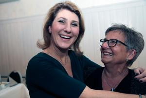 Anna Spendrup gav Karin Hjelm-Sjögren en välförtjänt kram. Karin var något av dubbelveteran på festen. Dels har hon jobbat 25 år på Spendrups, dels gick hon i pension i somras.