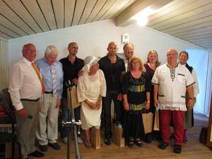 Alla medverkande har samlats på scenen. Från vänster Gunnar Högberg, Sone Banger, Aldo Mafodda, Kerstin Högberg, Luigi Mafodda, Bengt Krantz, Ebon Ulmeryd Persson, Rebecca Rasmussen, Lennart Eng och Christina Westling.