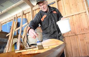 – Jag får väl erkänna att jag tycker det är roligare att bygga träbåtarna än att ge mig ut på sjön med dem. Med det händer att jag tar mig en tur med min träbåt på Ösjön här intill ibland också, säger Klas.