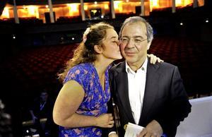 Bildtext 1: Göran Rosenberg gratuleras av sin dotter Vanna efter prisutdelningen på Augustgalan. Foto: Erik Mårtensson/Scanpix