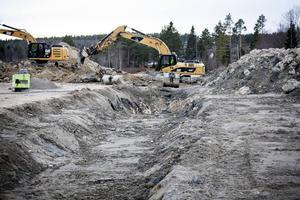 Lakvattenledningen kommer i längder om tolv meter och svetsas ihop på plats. Så här ser det ut bredvid förskolan i Älandsbro.