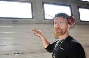 Tjuvarna tog sig in genom att trycka in en av rutorna på dörren. Sedan satte de tillbaka den igen, säger styrkeledare Niklas Holmedahl.