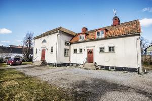 Exteriört ser det gamla församlingshemmet ut så här. I huset finns också en lägenhet som Magnus hyr ut.