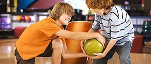 Enligt syskonforskaren Elisabeth Schönbeck kan det bli extra mycket konkurrens mellan syskon som föds tätt.