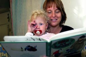 Malin Lantz, sjuksköterska, Sundsvall, och systerdottern Emma Johansson, 3 år:–Jag tycker att den bör delas lika. Det hade varit svårt för oss när vårt barn var litet, men det är ändå bra att det viks mer tid åt pappan. Fem öronmärkta månader är en ganska bra nivå. Vi är ju alla olika och det måste vara lite upp till föräldrarna också.Vad tycker du om att man bara ska få ta ut föräldrapenning tills barnet fyllt fyra år?– Det är inte så bra. Vi har en sjuårig flicka och jag har jobbat 90 procent och tagit ut föräldrapenning ända fram till för ett halvår sedan. För oss har det varit betydelsefullt.