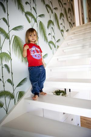 Mot övervåningen. Tapeten heter Palm Leaves och  kommer från Cole & son.