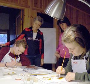 Arrangören Inger Rommedahl kollar Sarah Hansson målning medan kursledaren Åsa Frykråd ger tips till Maria Bojort, Malung.