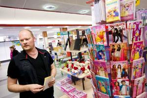 – Stormarknader som tar in bestsellers och säljer dessa till dumpade priser är svåra att tävla med, säger Mikael Thorssell på Bokia i Östersund. Det är ett exempel på hur bokhandlarna påverkas av andra aktörer som köper in stora volymer.