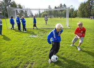 De mindre stjärnorna på uppgång lirar boll utanför plan medan de så kallade slocknade stjärnorna, tidigare spelare i Forsa IF, spelar vänskapsmatch.