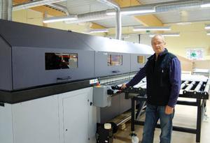 Sven-Bertil Widmark visar den nya digitalprinter som Brand Factory satsat på i Sveg. En investering på hela fem miljoner. Foto: Leif Eriksson