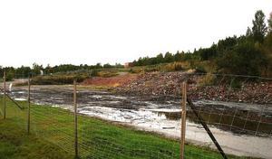 Det gamla fabriksområdet är riskabelt med sina murrester, gropar, stup och skrot. Timrå jämna ut och skapa ett fritidsområde genom att använda jordmassor som muddrats ur strandzonen.