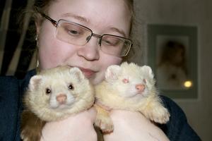 Nathalie Sjöblom Lagestam har två illrar som husdjur. Det bidrar till att folk känner igen henne på Bruket.