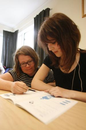 Elin Mattsson tar hjälp av Helena Andersson för att förstå bland annat algebra och ekvationer.