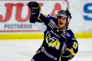 Jönköping.Bara ett lag har lyckats vända 1–3-underläge i matcher till seger i SM-slutspelets historia.HV71 räddade första matchbollen mot Timrå tack vare seger med 3–1. Nu återstår två.–Visst var målsättningen att vinna två matcher här, men att ta en är bra, tyckte Challe Berglund, vars Timrå har en ny matchboll på lördag.På bilden är det Mattias Tedenby som jublar efter sitt  2-1-mål. Foto: Scanpix