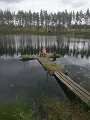 Emil Karpfs dotter Tove försöker lura fiskarna till att nappa, men utan resultat.