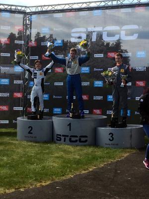 """14-årige Julius """"Julle"""" Ljungdahl (vänster) jublar efter sin andraplats i debuten i JTCC/Clio cup."""