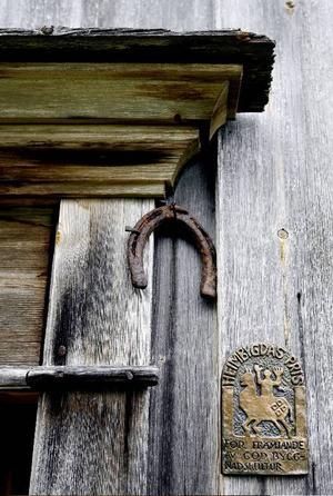 Prisplaketten från Heimbygda har fått en hedersplats  vid dörren till födorådsstugan.