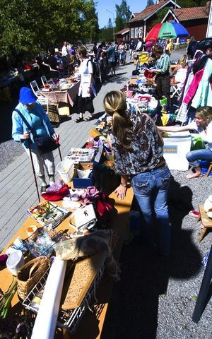 Ett 50-tal försäljare deltog i lördagens loppis på Gettorget i Östanfors. En loppis som är tänkt att bli tradition.